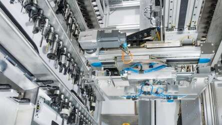 Reduced setup times with the integrated automation solution from Festo for loading and unloading workpieces as well as the tool changer