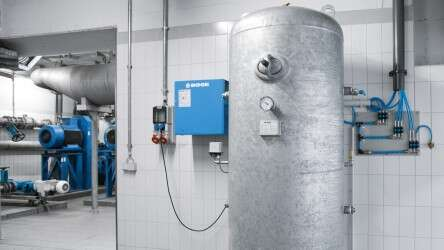 Compressed air reservoir for power failures